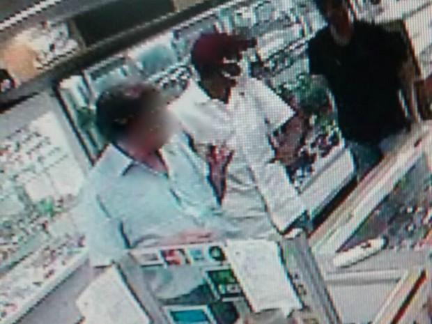 36d49ddec94 G1 - Criminosos assaltam joalheria e agridem comerciante em Porto ...