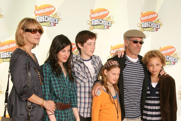 Steven Spielberg e Kate Capshaw com parte dos filhos em 2007 (Foto: Getty Images)