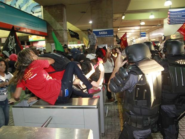Manifestantes e policiais se enfrentam em estação do metrô do Rio após protesto contra aumento na tarifa (Foto: Domingos Peixoto/Agência O Globo)
