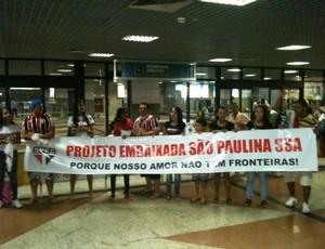 Torcida do São Paulo no aeroporto de Salvador (Foto: Raphael Carneiro / globoesporte.com)