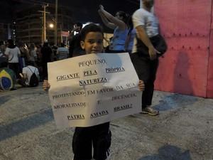 Criança exibe cartaz em protesto em Natal, durante #RevoltadoBusão (Foto: Felipe Gibson/G1)