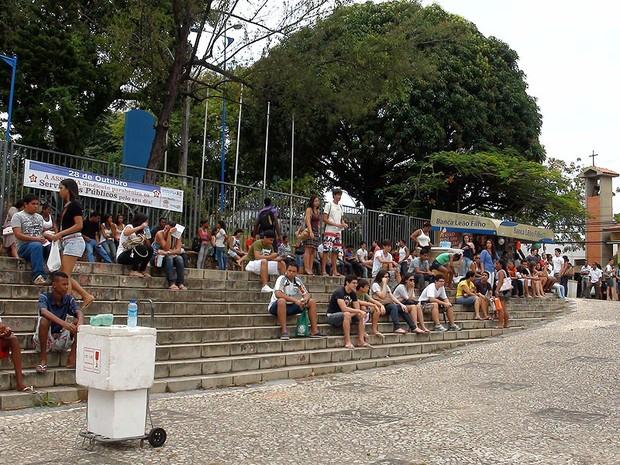 Alunos esperam início do Enem na Escola Politécnica da UFBA, em Salvador (Foto: Lílian Marques/ G1)