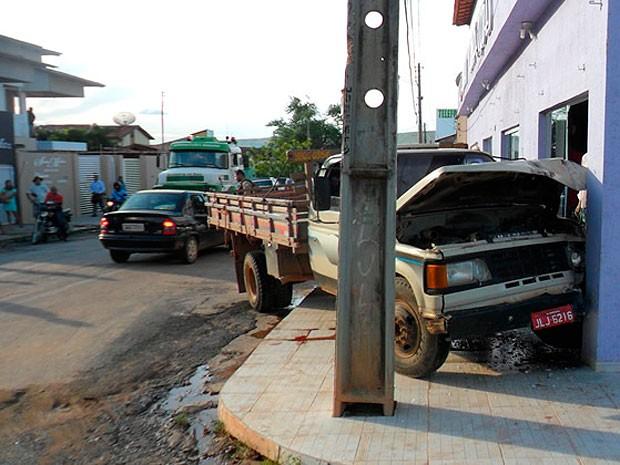 Carreta invadiu loja após motorista passar mal em Barreiras, na Bahia (Foto:  Jadiel Luiz/Blog do Sigi Vilares)