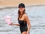 Jessica Alba usa maiô comportado para curtir praia no Havaí
