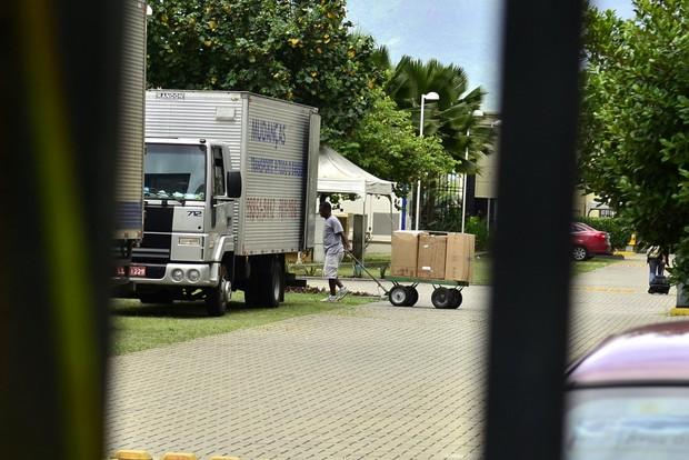 Mudança da Rayane Moraes, saindo da casa de Douglas Sampaio (Foto: Roberto Teixeira / EGO)