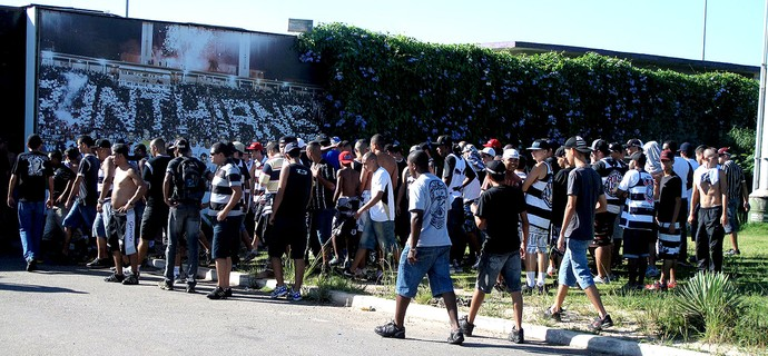 protesto torcida Corinthians CT (Foto: Rodrigo Faber)