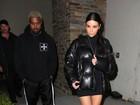 Kim Kardashian deixa pernas à mostra em ida ao cinema com Kanye West