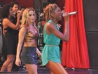 Claudia Leitte canta com participante do 'The Voice' em show