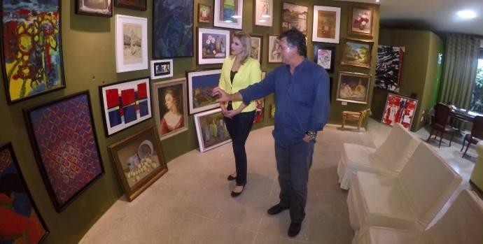 Jessica conhece acervo de obras raras em Suzano  (Foto: Reprodução / TV Diário)