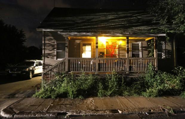 Casa onde supostamente os corpos de três bebês foram achados é lacrada em Blackstone, nos EUA (Foto: Steven Senne/AP)