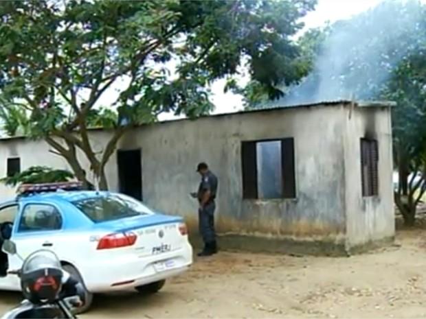 Populares incendiaram casa do suspeito em Campos (Foto: Reprodução/InterTV)