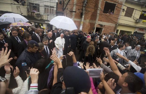 O papa visitou a casa de uma família da comunidade de Varginha. A escolha foi do pontífice (Foto: AP Photo/Victor R. Caivano)