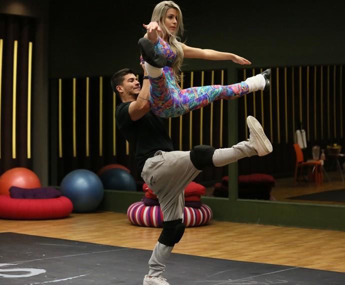 Arthur Aguiar levanta a bailarina Mayara Araújo (Foto: Isabella Pinheiro / Gshow)