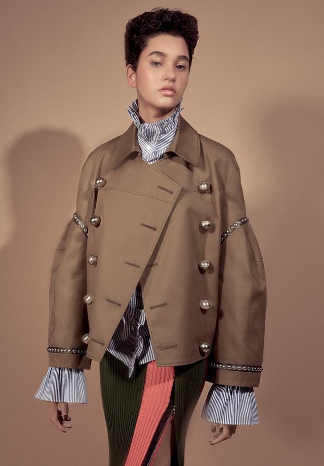 Sabrina Vieira usa jaqueta, R$ 9.295, e camisa, ambas Burberry; saia, R$ 1.100, À La Garçonne. (Foto: Gil Inoue)