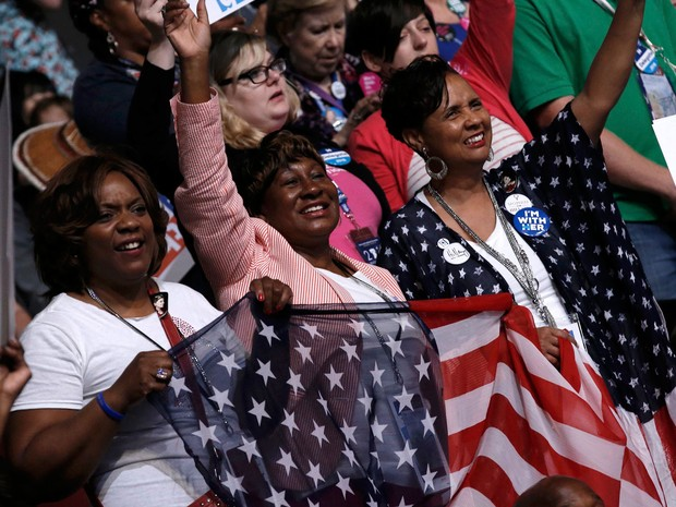 Delegadas exibem bandeira dos Estados Unidos durante a votação no segundo dia da Convenção Nacional Democrata, na Filadélfia, na terça (26) (Foto: Reuters/Mike Segar)