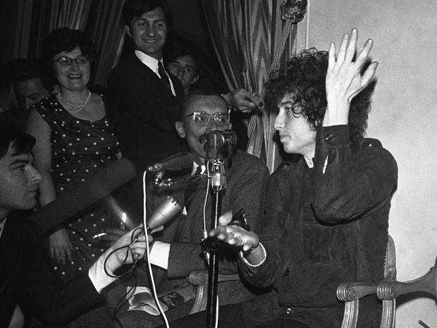 Em 1966, Bob Dylan gesticula em uma entrevista coletiva de imprensa em Paris, na França (Foto: AP Photo/Pierre Godot)