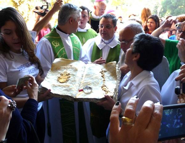Católicos carregam relíquia com sangue beato João Paulo II (Foto: Cristina Miguez)