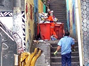 Gari trabalha na entrada da comunidade Santo Amaro, no Catete (Foto: Cristina Boeckel/G1)