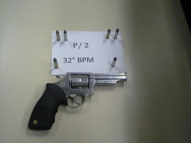 Revólver apreendido em Macaé (Foto: PM/Divulgação)