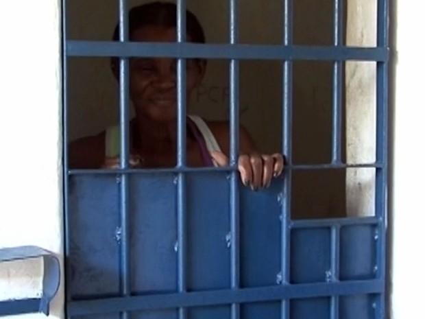 Idosa de 63 anos é presa por não pagar pensão de R$ 4,4 mil dos netos