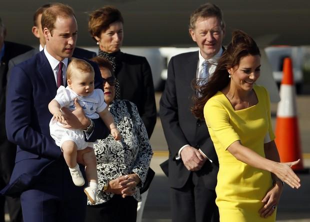 Príncipe William e Kate Middleton com o filho, George, chegam a Sydney, na Austrália (Foto: Phil Noble/ Reuters)