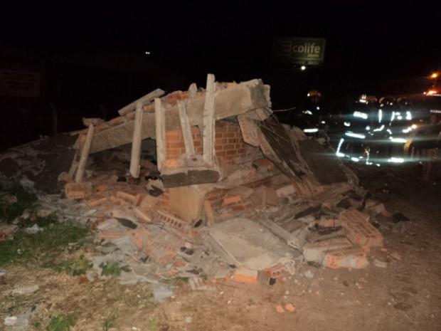 Ponto de ônibus ficou destruído (Foto: PRF SC/Divulgação)