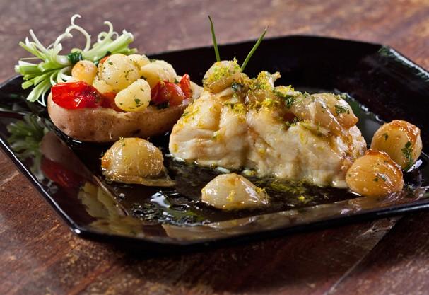 Bacalhau confitado no azeite cítrico com batatas é ótima opção pra Semana Santa