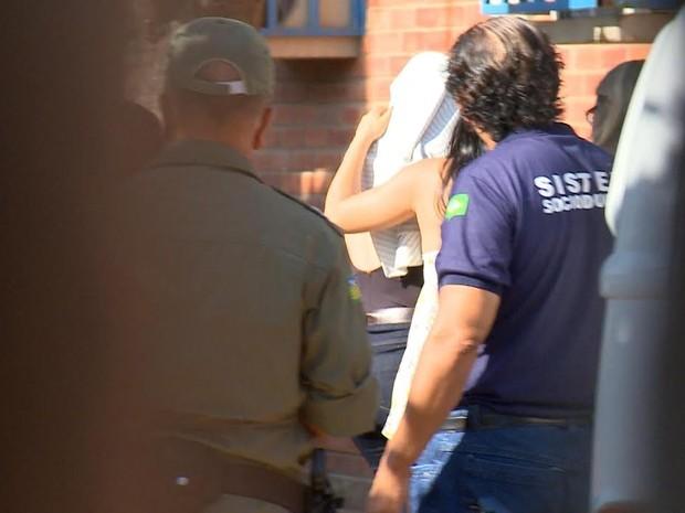 Uma das garotas ao chegar no Complexo de Defesa e Cidadania (Foto: Reprodução/TV Clube)