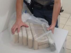 Sete tijolos de maconha foram localizados pela PM, em Sorocaba (Foto: Divulgação/ Polícia Militar)