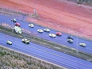 Caminhão tombado no DF (Foto: TV Globo/Reprodução)