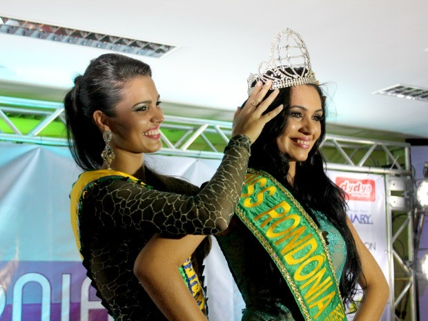 Jeane Aguiar, 24 anos, ganhou o Miss Rondônia 2013 e recebeu coroa da Miss Rondônia 2012, Michele Miquelini (Foto: Halex Frederic/G1)