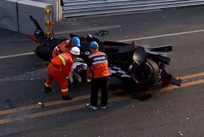 Nick Heidfeld bateu forte após toque de Nicolas Prost, mas saiu ileso, no ePrix de Pequim da Fórmula E (Foto: Reprodução)