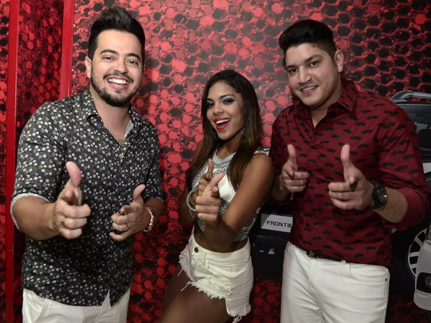 Thays Vingadora com a dupla Henrique e Diego em show na Zona Norte do Rio (Foto: Roberto Teixeira/ EGO)