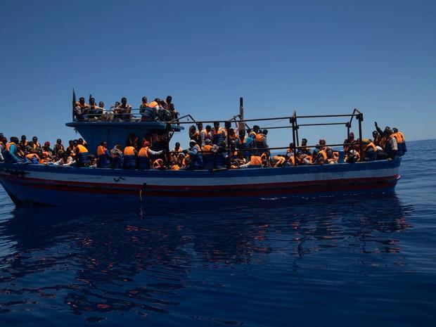 Barco de madeira com migrantes que tentavam chegar à Europa vindos da Líbia (Foto: Anna Surinyach/MSF)
