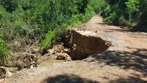 Cratera em estrada rural oferece riscos a motoristas (André Natale/EPTV)