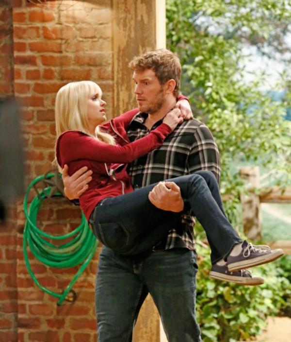O ator Chris Pratt e a atriz Anna Faris em cena da série 'Mom' (Foto: Divulgação)