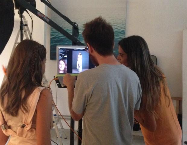 Vera Viel analisa as fotos da filha mais velha, Clara, ao lado do fotógrafo Pablo Saborido (Foto: Ana Paula Pontes)