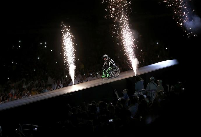 Aaron Wheelz salta em rampa na abertura da Paralimpíada (Foto: Reuters)