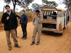 Carro que levava arqueólogos teve problemas mecânicos (Foto: Alex Araújo/G1)