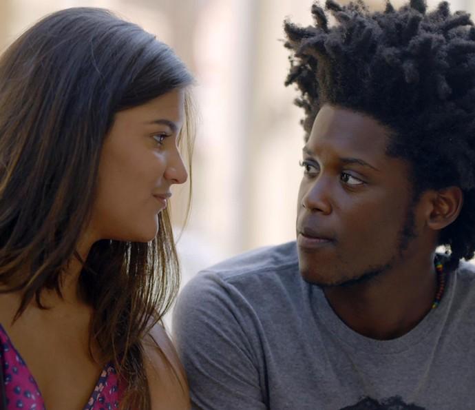 Lívia fica feliz com a atitude do namorado (Foto: TV Globo)