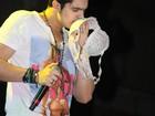 Luan Santana cheira sutiã e confere calcinha jogados por fãs no palco