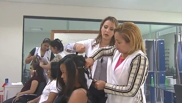 Hoje a professora lidera uma nova equipe de cabeleireiras (Foto: Amazônia TV )