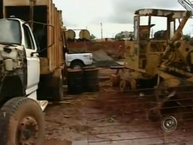 Um dos pontos de observação da equipe de combate à dengue é repleto de sucata de carros. (Foto: Reprodução/TV Tem)