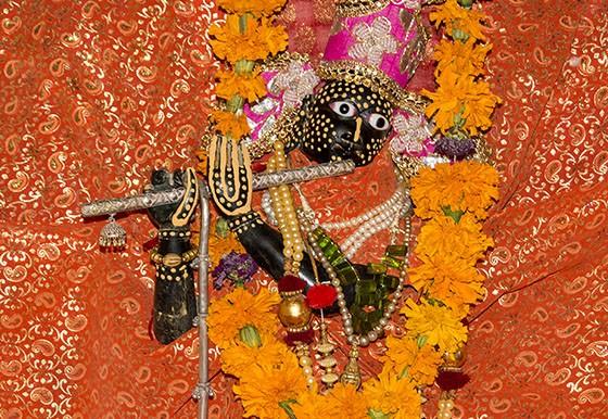 Em um santuário do Castelo de Ghanerao, a estátua original de Krishna com quem Mirabai se casou  (Foto: © Haroldo Castro/ÉPOCA)