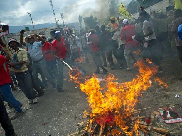 Manifestantes antigovernamentais realizar cerimônia vudu em Porto Príncipe. (Foto: AFP Photo)