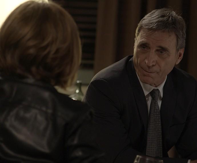 Otávio desconfia do sumiço de Beatriz (Foto: TV Globo)