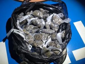 Material estava escondido dentro de uma sacola (Foto: PM / Divulgação)