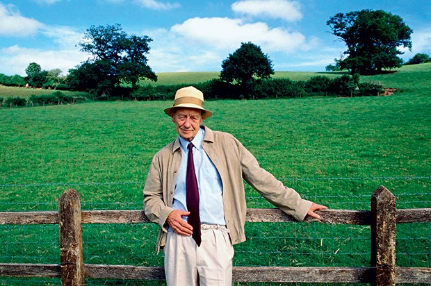"""RECLUSO William Trevor em 2012 e seu livro A história de Lucy Gault, que chega agora ao país. """"Meus romances são a união de muitos contos"""", diz ele (Foto: Effigie/Leemage)"""