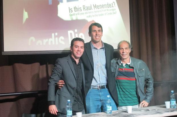 Max Morais, gerente de mercado da Activision (à esq.), Scott Ryan, responsável pela marca 'Call of Duty' (ao centro) e Carlos Seidl falaram aos fãs em São Paulo (Foto: Gustavo Petró/G1)