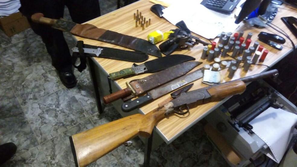 Polícia prendeu 12 pessoas e apreendeu armas, munição e drogas  (Foto: Delegacia de Canindé/ Divulgação)